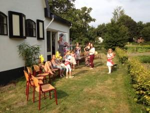 Theaterweek Kraaybeekerhof - stoelen klaar voor publiek